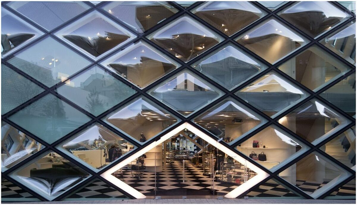 Le minimalisme incarné sur la façade design du magasin retail Prada